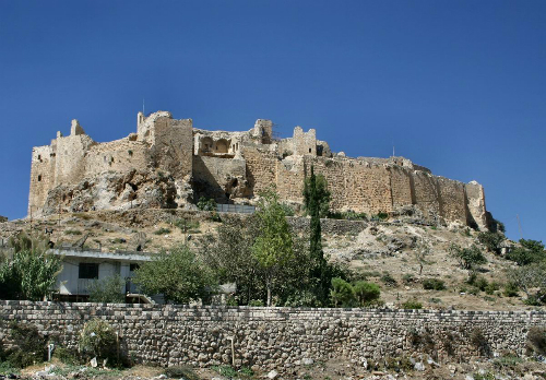 Nằm nép mình bênchân một dãy núi ven biển, lâu đài cổ đã được chính quyền Syria khảo cổ nhằm biến nơi đây thành điểm đến du lịch. Ảnh: Wiki.