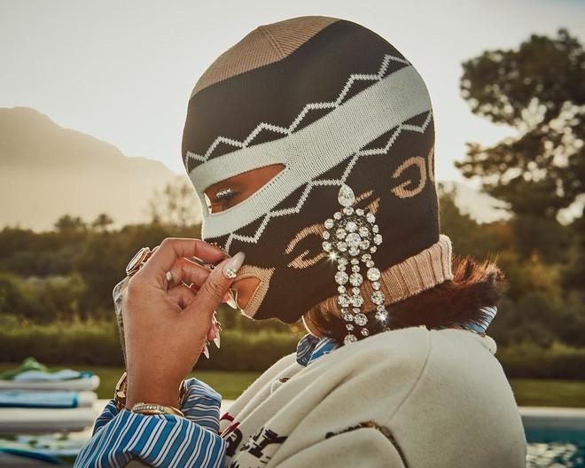 Người ta thì đợi đến mùa quẩy để mặc hở, mình Rihanna lại bịt mặt nạ, trùm kín như bưng - Ảnh 2.