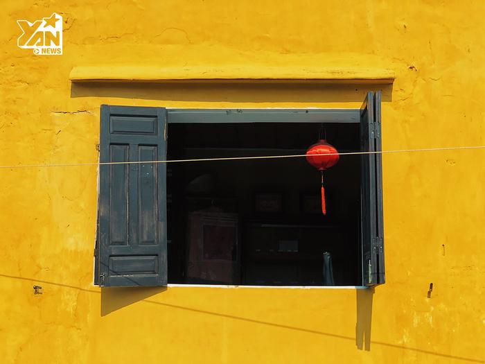 Tường vàng, chiếc cửa sổ màu đen và 1 chiếc đèn lòng màu đỏ, có thế thôi mà đẹp đến nao lòng
