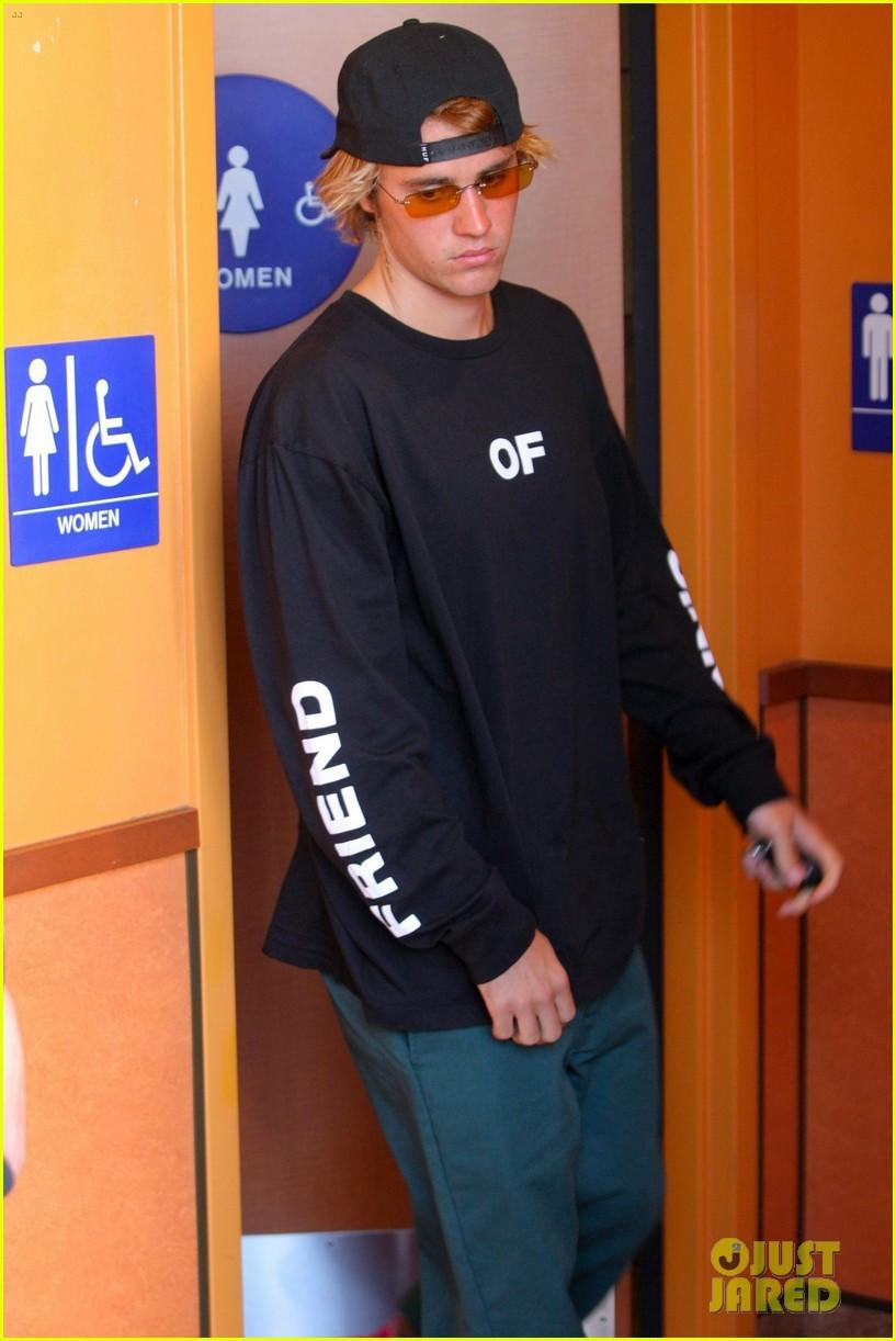 Justin Bieber bị bắt gặp đi vào... toilet nữ, thiếu Selena đã làm anh ấy lú đến mức này ư? - Ảnh 2.
