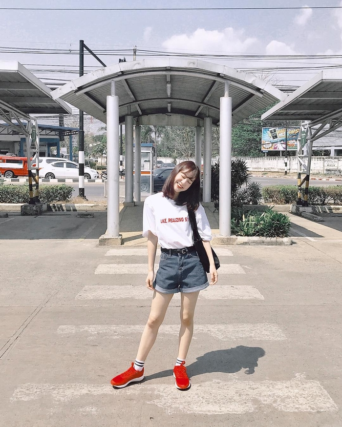 Kết hợp áo phông cùng quần jeans, giày thể thao hoặc giày cao gót đều sẽ mang lại sự trẻ trung, năng động và cá tính.