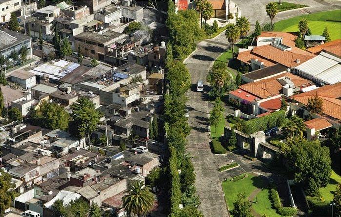 Bộ ảnh: Khoảnh cách giàu - nghèo chỉ cách nhau 1 bờ rào