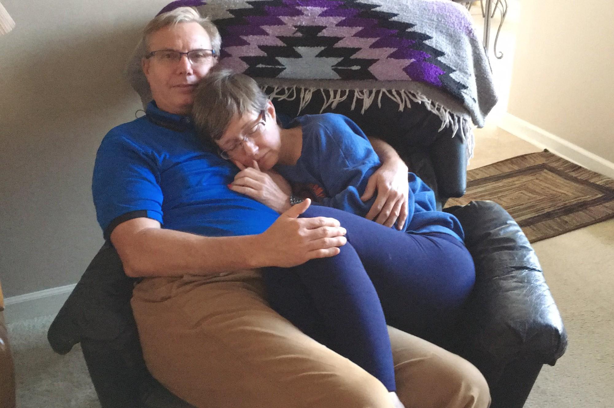 Bức ảnh vợ ngủ ngon trong vòng tay chồng gây xúc động: Dù không nhớ tên ông, mẹ vẫn yên tâm khi ở bên bố - Ảnh 1.