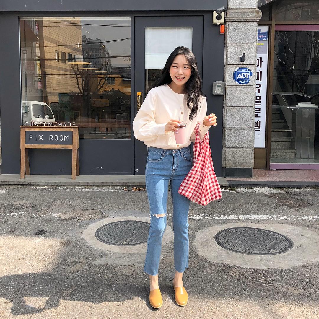 Áo điệu sơ vin quần jeans: công thức cũ rích nhưng luôn xinh xắn mà có thể bạn đã bỏ quên bấy lâu - Ảnh 1.