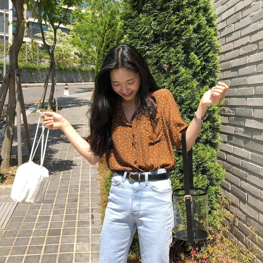 Áo điệu sơ vin quần jeans: công thức cũ rích nhưng luôn xinh xắn mà có thể bạn đã bỏ quên bấy lâu - Ảnh 2.
