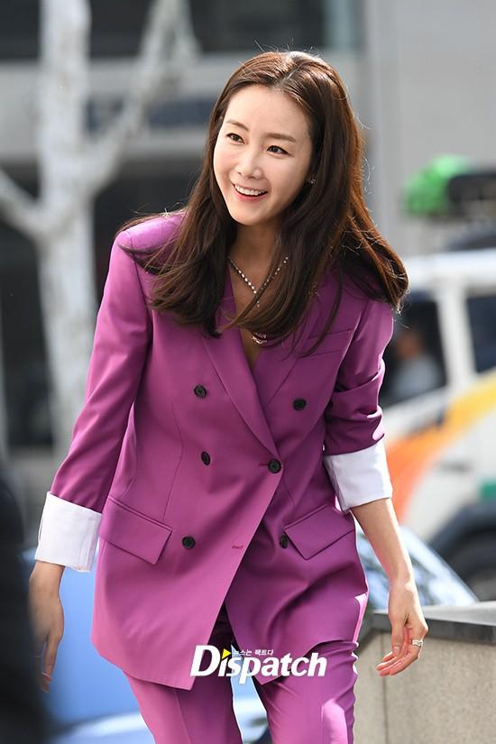 Lần đầu xuất hiện chính thức sau cưới, đại mỹ nhân Choi Ji Woo như bà hoàng tại sự kiện - Ảnh 2.
