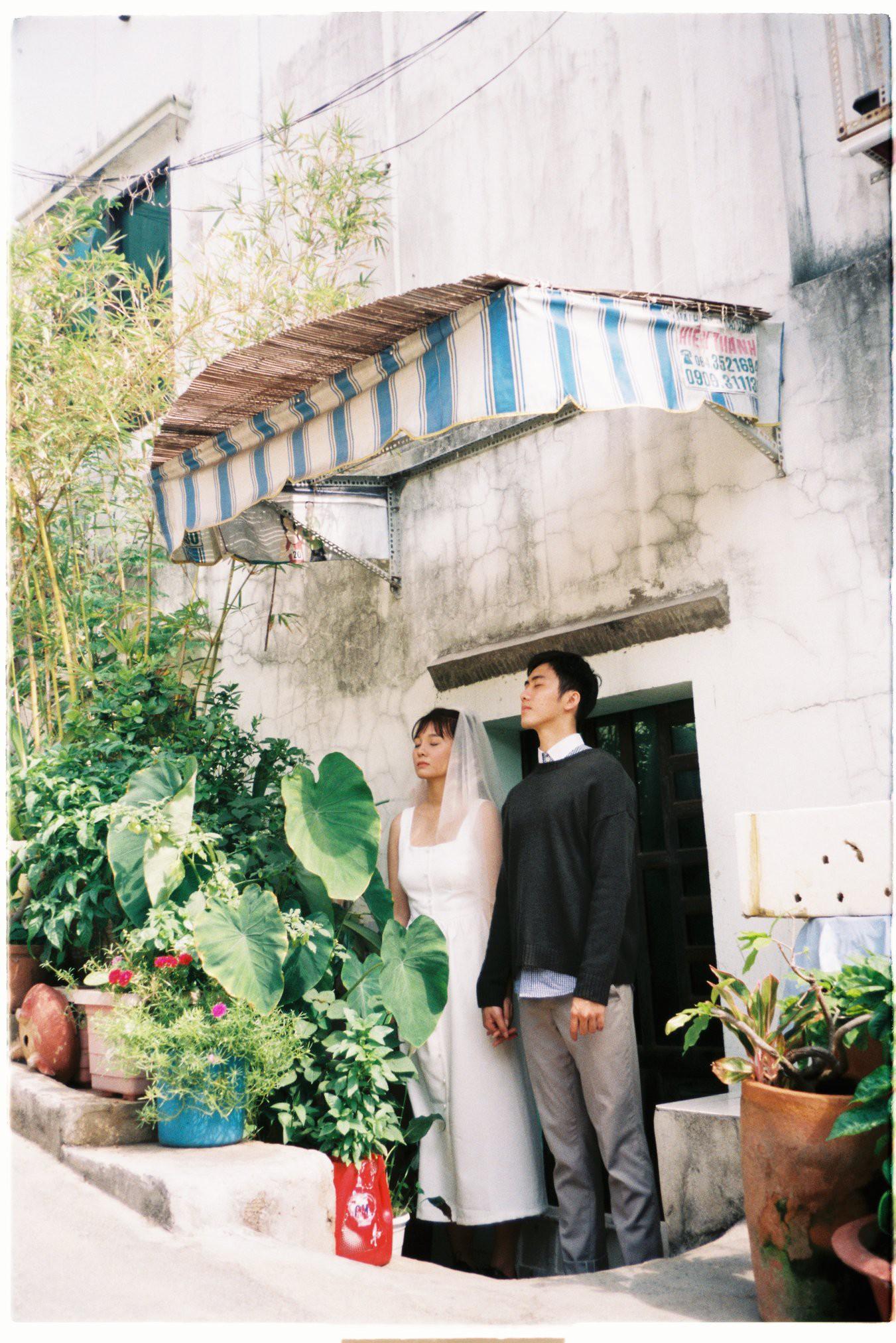 30 phút mượn vườn nhà bác hàng xóm, 9X Việt cho ra bộ ảnh cưới chất như film Hong Kong - Ảnh 3.