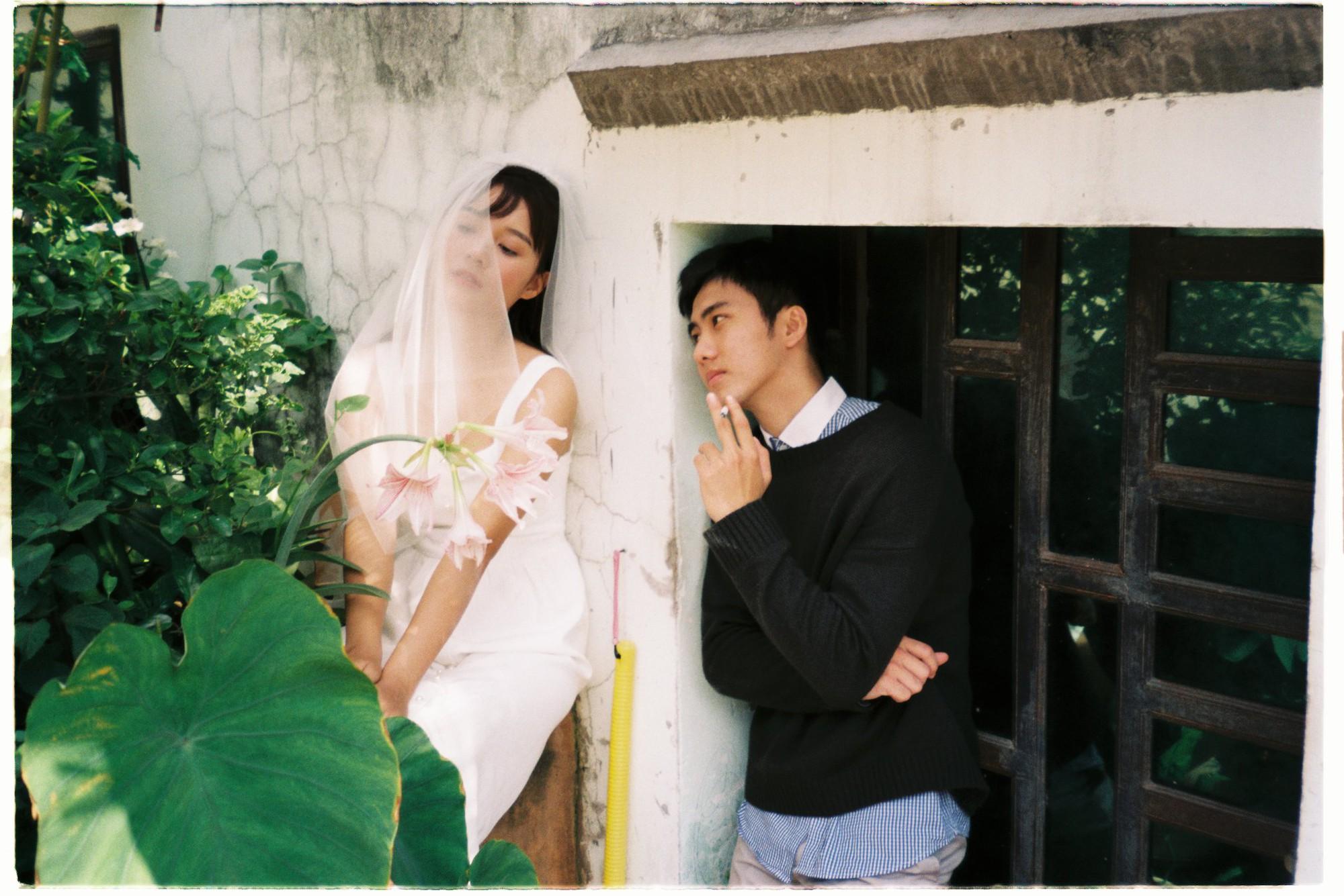 30 phút mượn vườn nhà bác hàng xóm, 9X Việt cho ra bộ ảnh cưới chất như film Hong Kong - Ảnh 1.