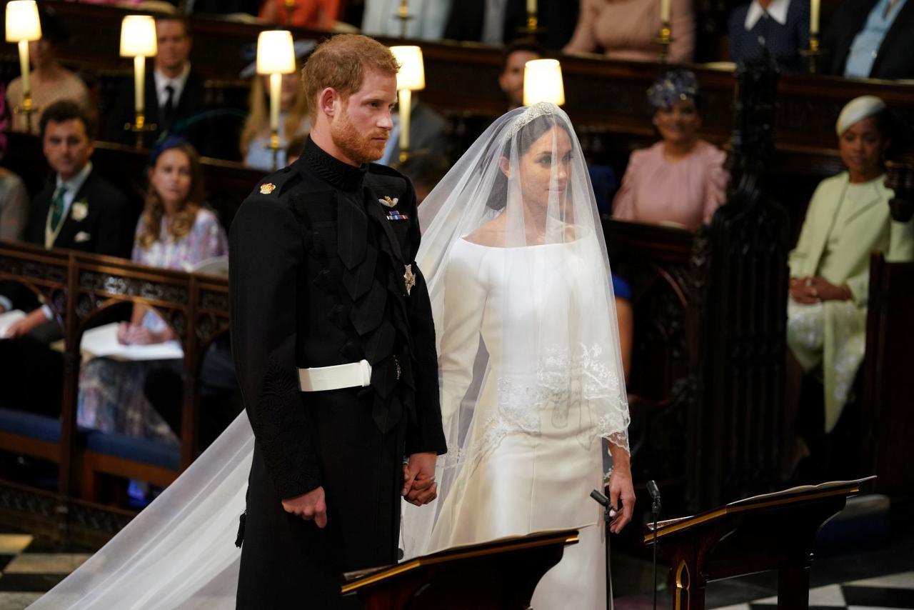 Giới chuyên gia chắc mẩm rằng váy cưới của Meghan Markle rẻ hơn Công nương Kate, và lý do là... - Ảnh 1.