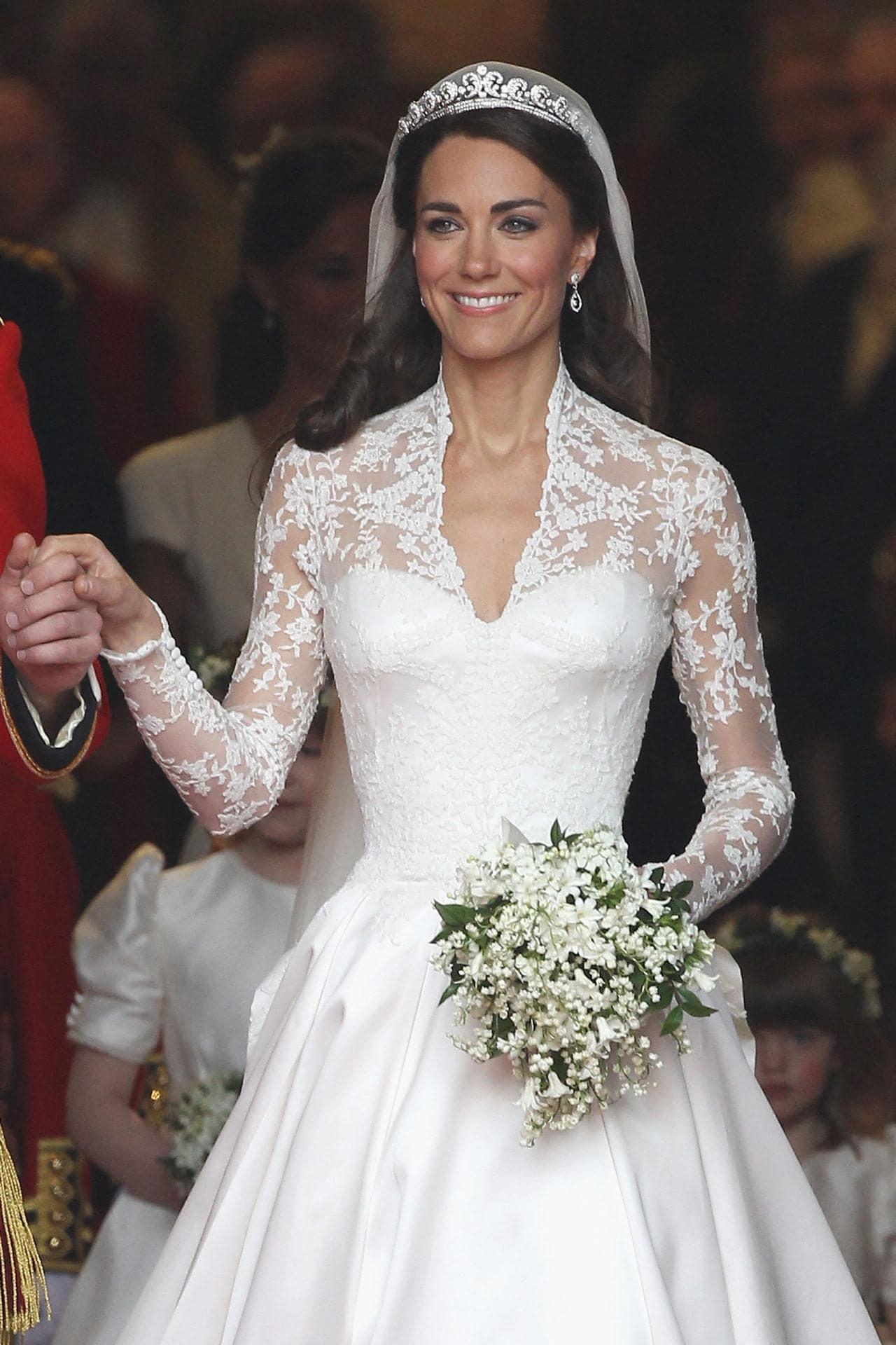 Giới chuyên gia chắc mẩm rằng váy cưới của Meghan Markle rẻ hơn Công nương Kate, và lý do là... - Ảnh 2.