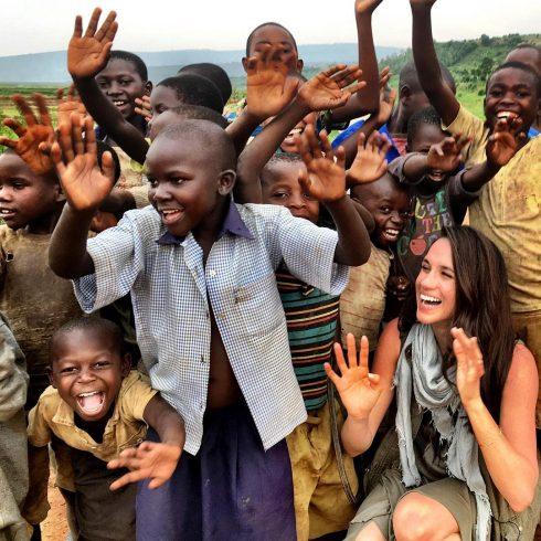Nụ cười rạng rỡ của Meghan Markle bên cạnh những đứa trẻ châu Phi
