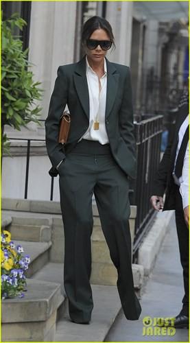 Sau khi bị chê mặt lạnh như tiền tại đám cưới Hoàng gia Anh, Victoria Bekham lại sang chảnh dạo phố - Ảnh 6.
