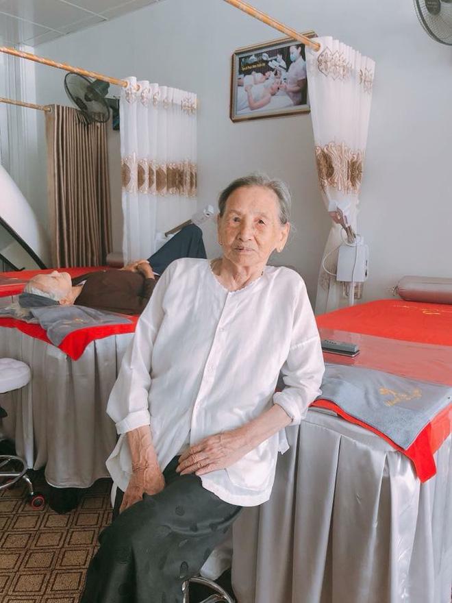 Hai cụ bà 90 tuổi vẫn rủ nhau đi spa chăm sóc da, làm đẹp khiến giới trẻ vô cùng thích thú - Ảnh 3.