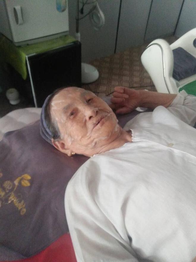 Hai cụ bà 90 tuổi vẫn rủ nhau đi spa chăm sóc da, làm đẹp khiến giới trẻ vô cùng thích thú - Ảnh 1.
