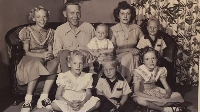 Thấy mình khác biệt so với cả dòng họ từ lâu nhưng ở tuổi thất thập cổ lai hi, hai cụ bà mới phát hiện sự thật từ hơn 70 năm trước - Ảnh 1.