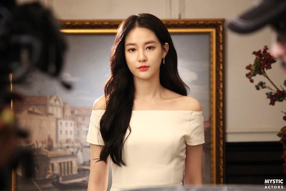 Vẫn biết bạn gái G-Dragon đẹp, nhưng không ngờ đẹp đến mức này trong loạt hình hậu trường - Ảnh 2.