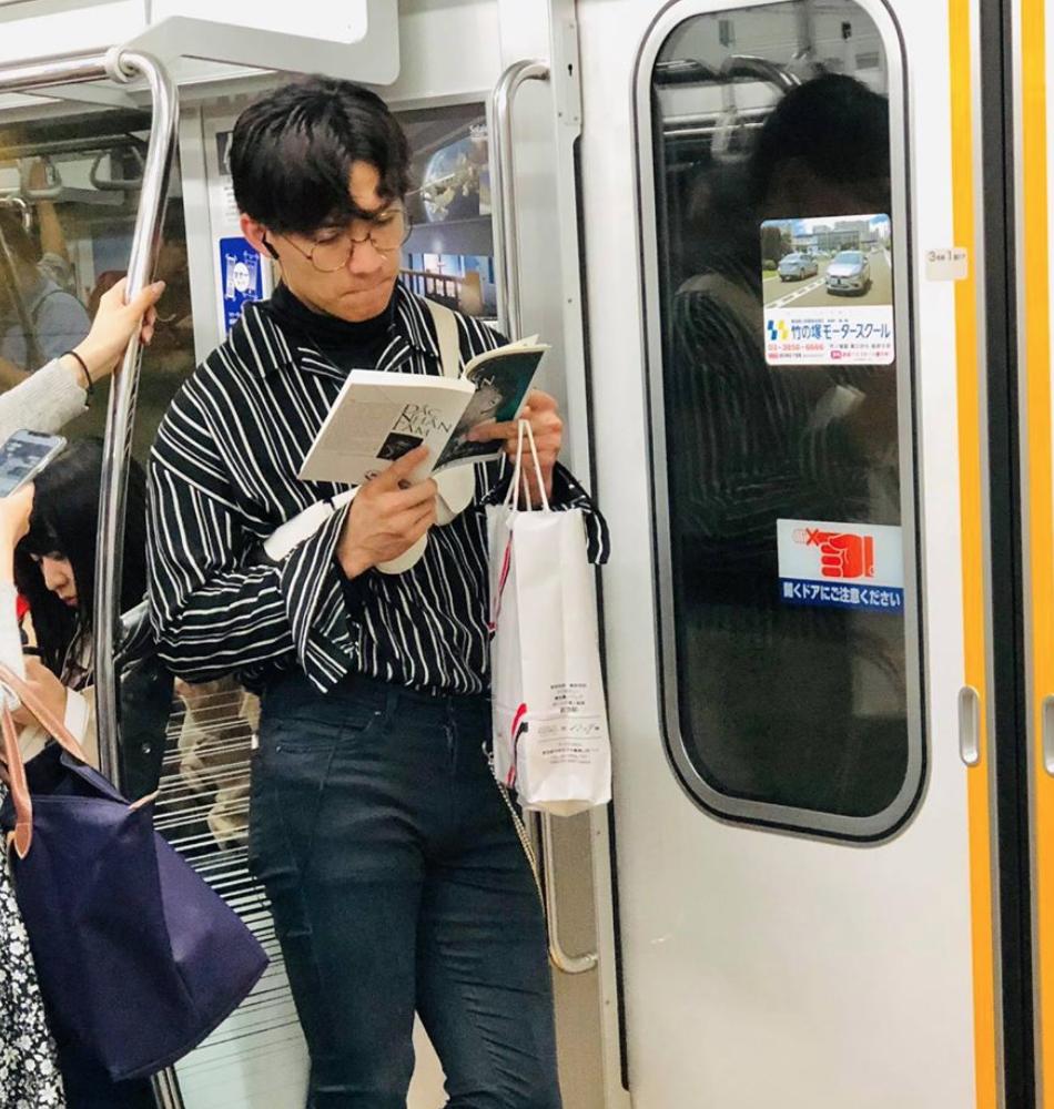 Crush anh chàng đọc sách trên tàu điện ở Nhật, về xem Facebook mới biết là trai Việt lại còn rất bảnh! - Ảnh 1.