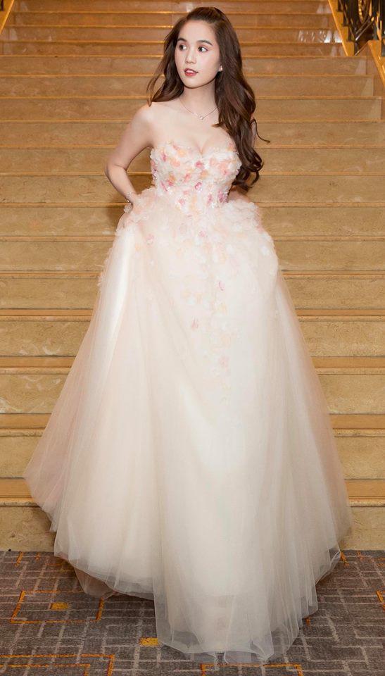 Ngọc Trinh diện váy bồng bềnh hóa công chúa nhưng kiểu tóc này lại làm lộ gương mặt tròn xoe - Ảnh 2.