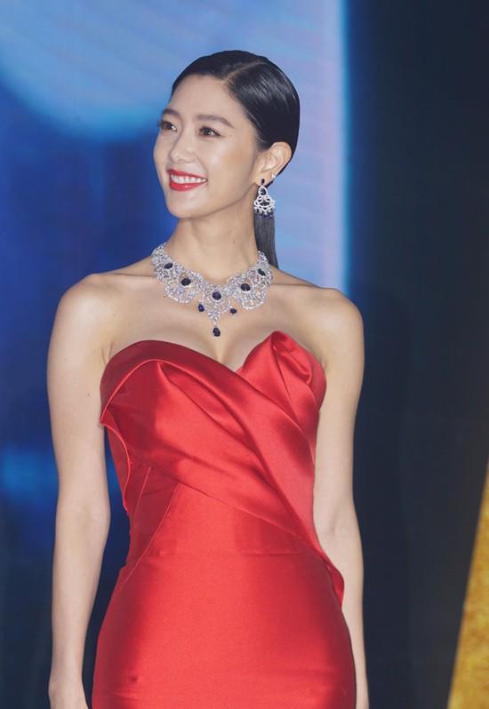 Biểu tượng nóng bỏng xứ Hàn Clara gây sốc khi xuất hiện với bộ váy khoe trọn vòng 1 - Ảnh 1.