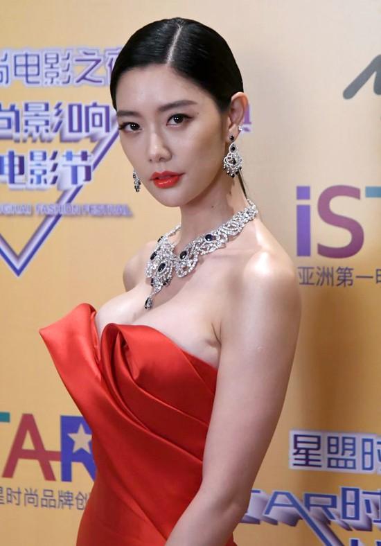 Biểu tượng nóng bỏng xứ Hàn Clara gây sốc khi xuất hiện với bộ váy khoe trọn vòng 1 - Ảnh 2.