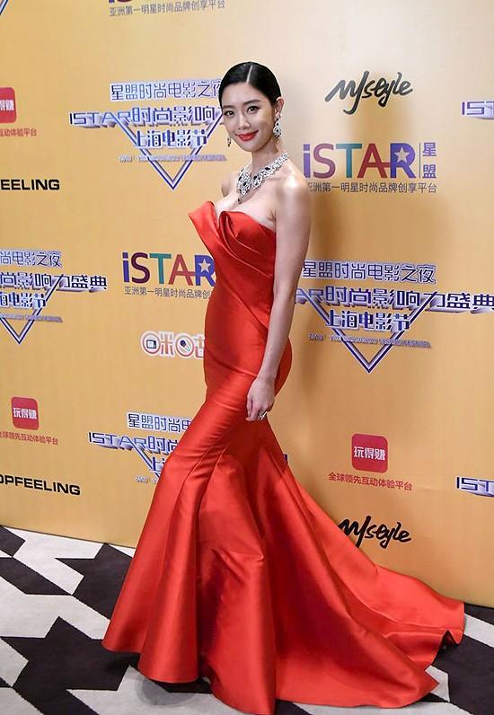 Biểu tượng nóng bỏng xứ Hàn Clara gây sốc khi xuất hiện với bộ váy khoe trọn vòng 1 - Ảnh 5.