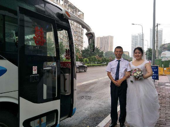 Mối nhân duyên kỳ diệu của cặp đôi yêu nhau sau 3 lần không hẹn mà gặp trên xe bus - Ảnh 1.