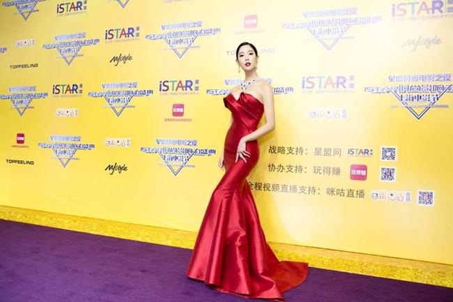 Biểu tượng nóng bỏng xứ Hàn Clara gây sốc khi xuất hiện với bộ váy khoe trọn vòng 1 - Ảnh 4.