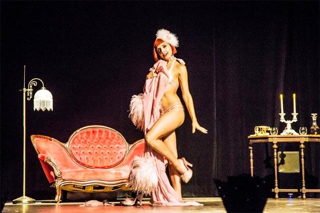Bí mật sau những bộ đồ gợi cảm 'giết chết quý ông' của vũ nữ múa thoát y