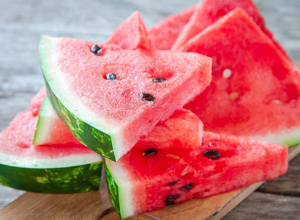 Đang nắng hơn 40 độ C ở Hà Nội: ăn gì để phòng tránh nguy cơ đau đầu, chóng mặt? - Ảnh 1.