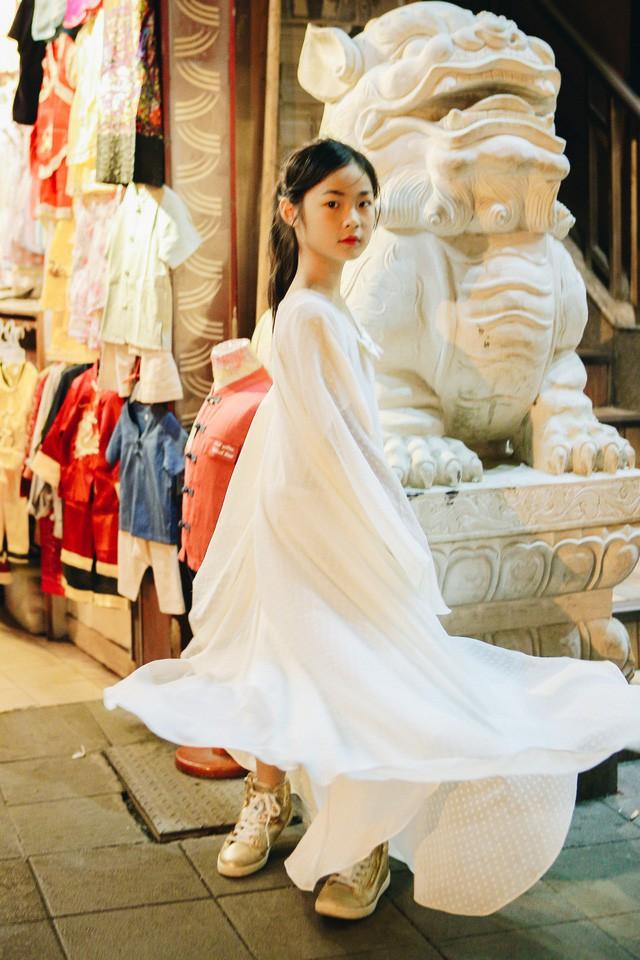 Chỉ mới 10 tuổi mà mẫu nhí lai Việt - Trung đã sở hữu thần thái chẳng khác gì siêu mẫu số 1 châu Á Liu Wen - Ảnh 9.
