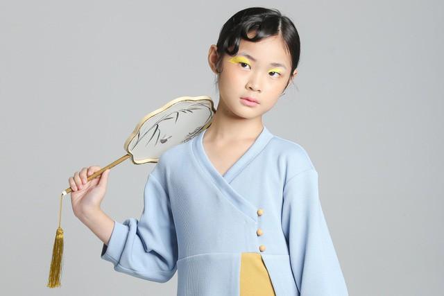 Chỉ mới 10 tuổi mà mẫu nhí lai Việt - Trung đã sở hữu thần thái chẳng khác gì siêu mẫu số 1 châu Á Liu Wen - Ảnh 3.