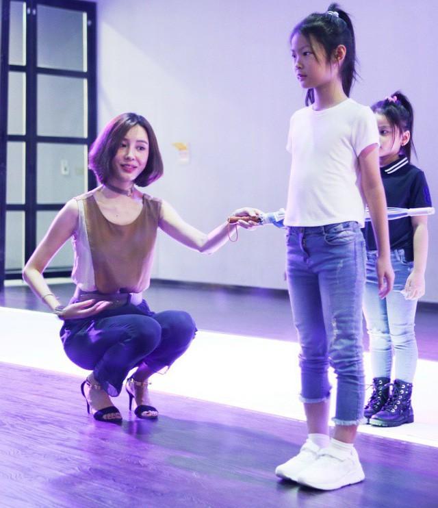 Chỉ mới 10 tuổi mà mẫu nhí lai Việt - Trung đã sở hữu thần thái chẳng khác gì siêu mẫu số 1 châu Á Liu Wen - Ảnh 6.