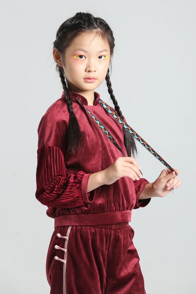 Chỉ mới 10 tuổi mà mẫu nhí lai Việt - Trung đã sở hữu thần thái chẳng khác gì siêu mẫu số 1 châu Á Liu Wen - Ảnh 13.