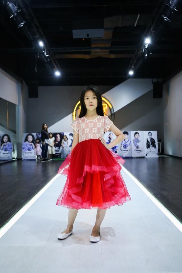 Chỉ mới 10 tuổi mà mẫu nhí lai Việt - Trung đã sở hữu thần thái chẳng khác gì siêu mẫu số 1 châu Á Liu Wen - Ảnh 5.