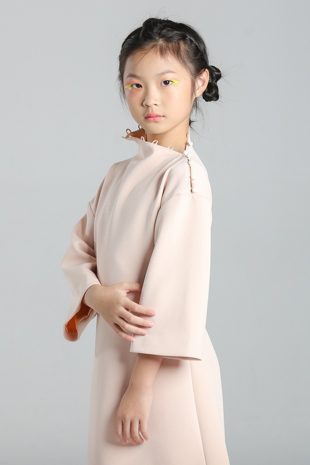 Chỉ mới 10 tuổi mà mẫu nhí lai Việt - Trung đã sở hữu thần thái chẳng khác gì siêu mẫu số 1 châu Á Liu Wen - Ảnh 4.