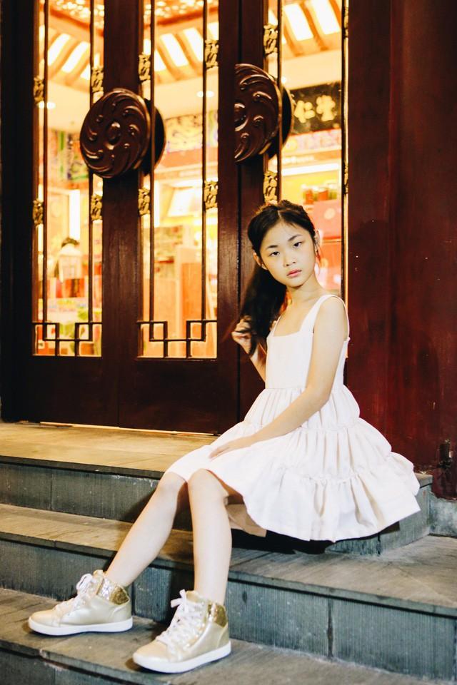 Chỉ mới 10 tuổi mà mẫu nhí lai Việt - Trung đã sở hữu thần thái chẳng khác gì siêu mẫu số 1 châu Á Liu Wen - Ảnh 11.