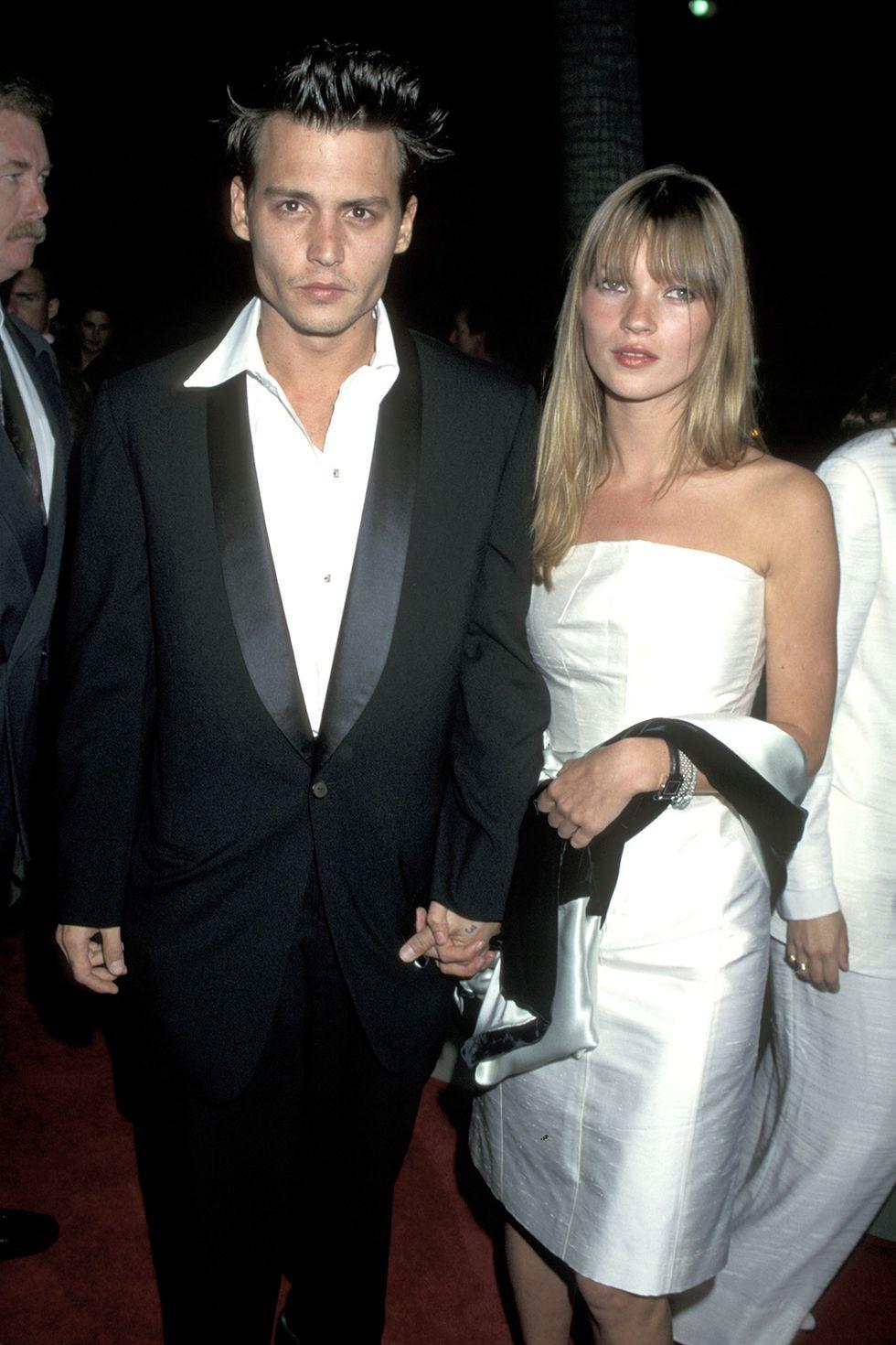 Johnny Depp và Kate Moss nổi bật tuyệt đối trong bộ cánh mang tông đen - trắng làm chủ đạo. Nếu diện nguyên set đồ này ở thời hiện tại, hẳn là bạn cũng sẽ nhận được lời khen không ngớt về gu thời trang đẳng cấp của mình.