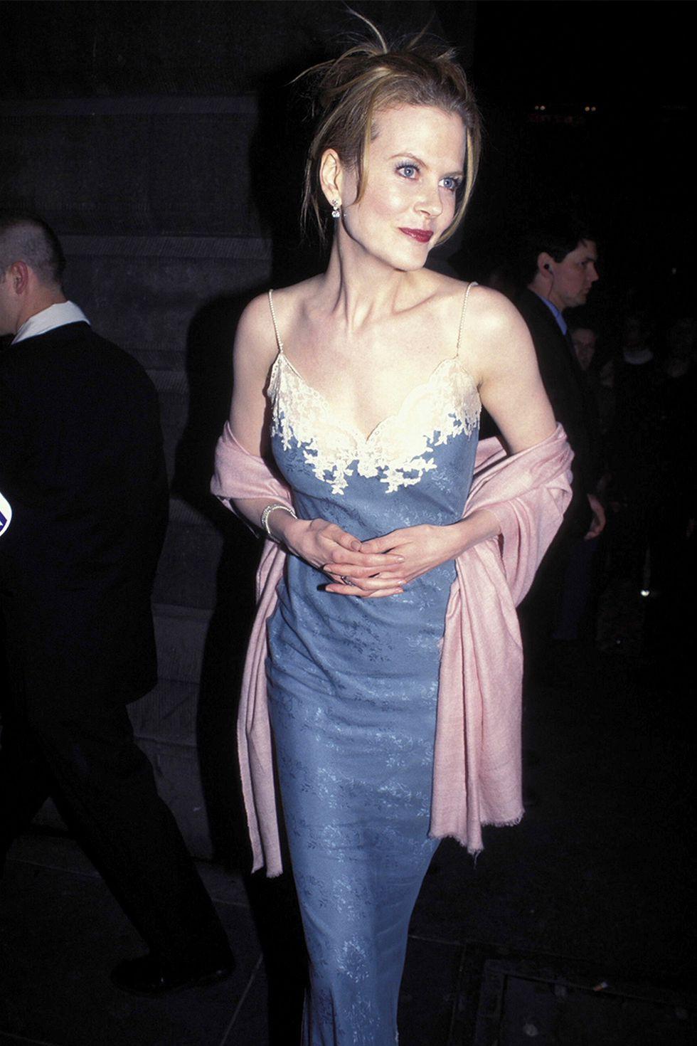 Nhan sắc hàng đầu Hollywood toát lên khí chất của một nữ thần đích thực trong chiếc đầm và khăn choàng tông màu tím trang nhã, sang trọng.
