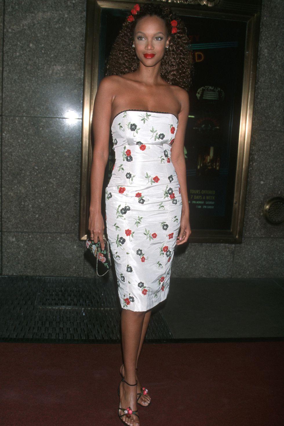 Diện mạo phủ hoa từ đầu đến chân đầy nữ tính, yêu kiều của Tyra Banks có lẽ là một trong những hình ảnh đáng nhớ nhất khi người ta nghĩ về siêu mẫu kỳ cựu này.