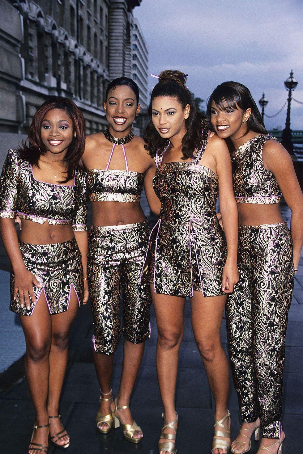 Lộng lẫy và sang chảnh ngất trời là những gì người ta sẽ nghĩ khi ngắm nghía diện mạo này của các cô nàng trong Destiny's Child mà nổi bật nhất chính là nàng ong chúa - Beyoncé (thứ hai từ phải sang) với thần thái hơn người. Có lẽ nhiều đàn em bây giờ cũng khó sánh kịp phong cách thời trang lộng lẫy, sành điệu của một trong những nhóm nhạc nữ ăn khách nhất mọi thời đại.
