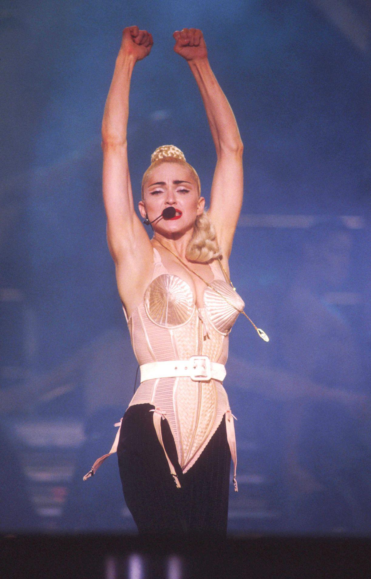Madonna, một trong những biểu tượng thời trang của thập kỷ 90 vừa để lại ấn tượng khó quên, vừa gây sốc với chiếc bra hình nón do cựu giám đốc sáng tạo của Hermès - Jean Paul Gaultier thiết kế riêng cho cô trong tour diễn Blond Ambition (1990).