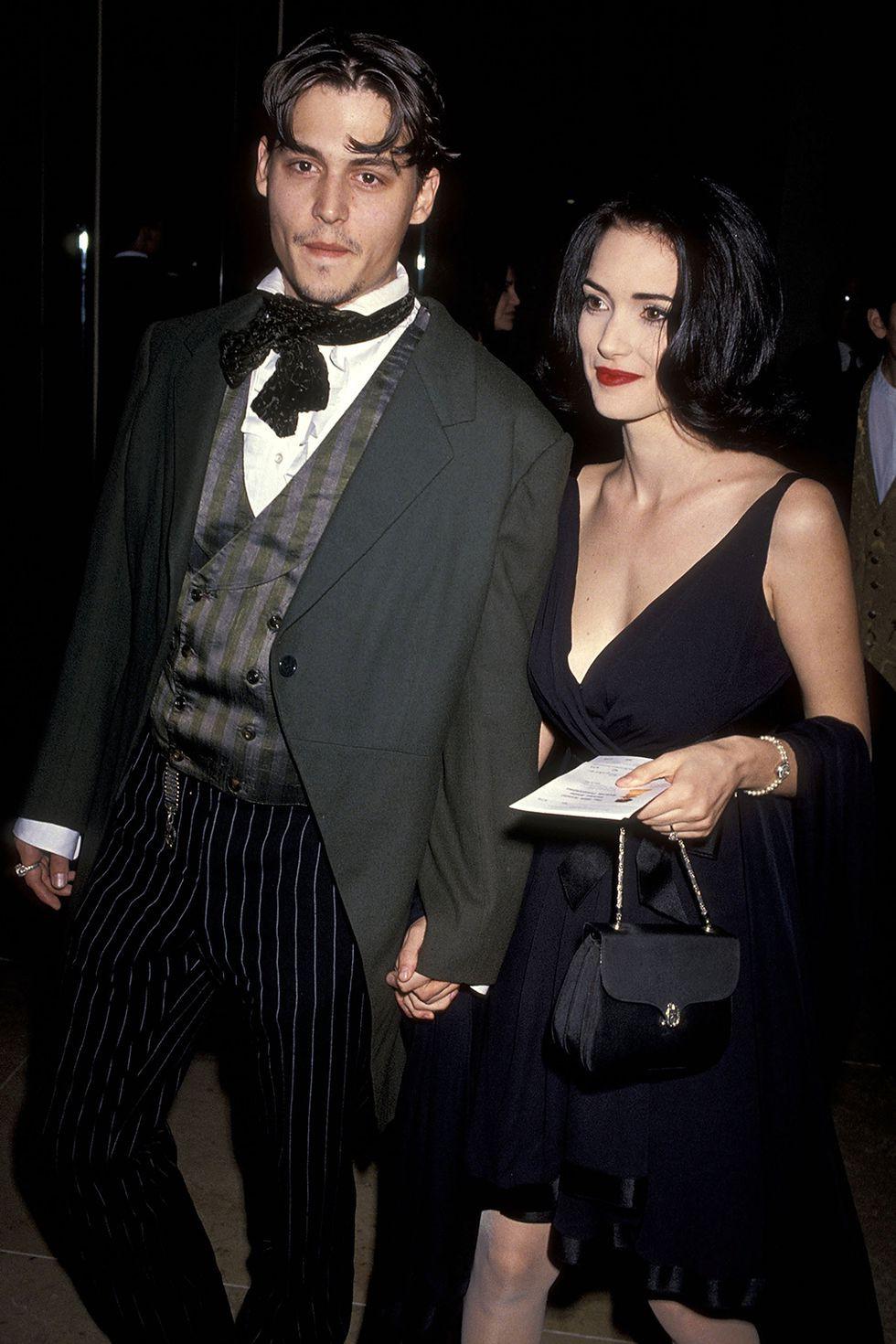 Vào thập kỷ 90, bộ đôi Winona Ryder và Johnny Depp có tầm ảnh hưởng không nhỏ đến làng thời trang bởi họ chính là những người dẫn đầu và định nghĩa cho phong cách 'gothic' - phong cách thời trang mang màu sắc u tối, ma mị và bí ẩn. Đặc biệt nhất là Winona Ryder, cô nàng luôn gắn liền với mái tóc và những bộ cánh thảm đỏ phủ toàn một màu đen khiến giới mộ điệu cũng phải ấn tượng mạnh mẽ.