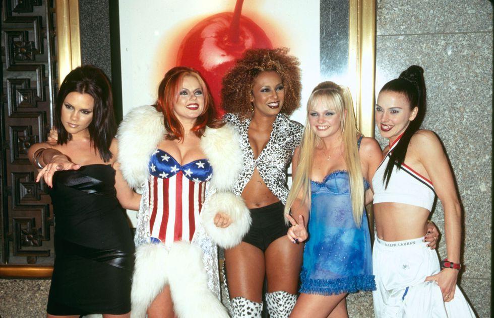 Spice Girls đích thực là những cô ca sỹ sành điệu nhất nước Anh lúc bây giờ khi diện loạt trang phục đầy táo bạo, rực rỡ, mang đậm màu sắc cá nhân của mỗi cô nàng. Cho đến hiện tại, hình ảnh này vẫn khiến người hâm mộ không khỏi thích thú khi nhìn lại.
