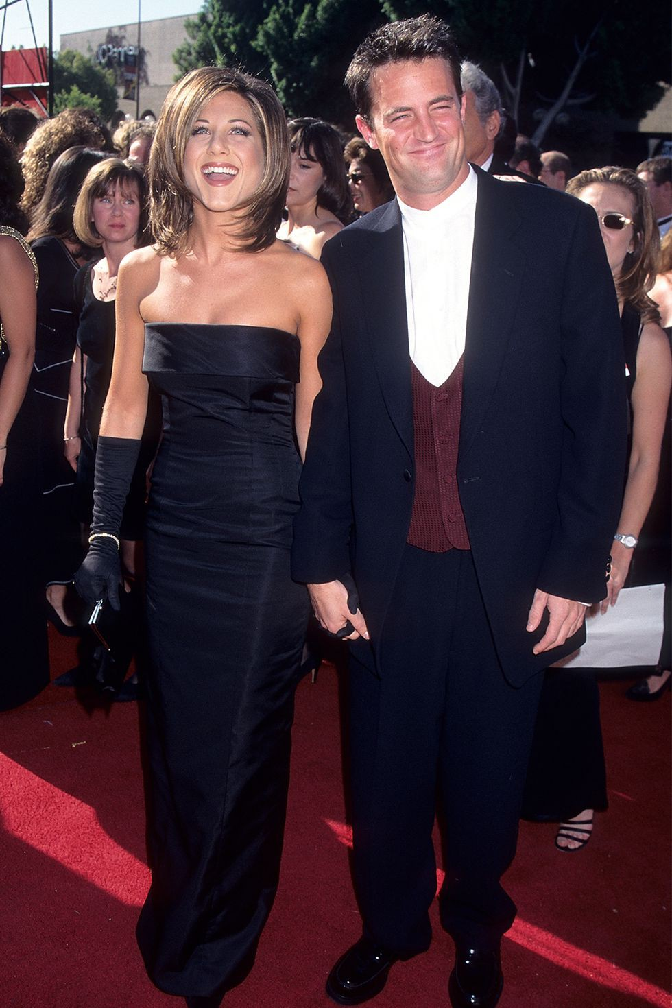 Xuất hiện tại lễ trao giải Emmy lần thứ 47, Jennifer đốn tim người hâm mộ với kiểu tóc biểu tượng của cô khi vào vai Rachel trong 'Friends', diện đầm quây trang nhã, tinh tế và hoàn thiện set đồ với đôi găng tay lụa tông xuyệt tông với chiếc váy. Bạn diễn của Jennifer - Mathew Perry đầy lịch lãm khi diện bộ suits với điểm nhấn nổi bật là chiếc áo gilet màu đỏ rượu bên trong.
