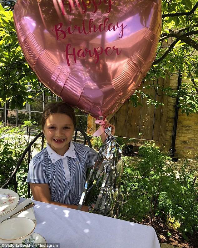 Sinh nhật 7 tuổi của Harper Beckham: Được cưỡi ngựa, thưởng thức trà và bánh kem hình kỳ lân đáng yêu - Ảnh 3.