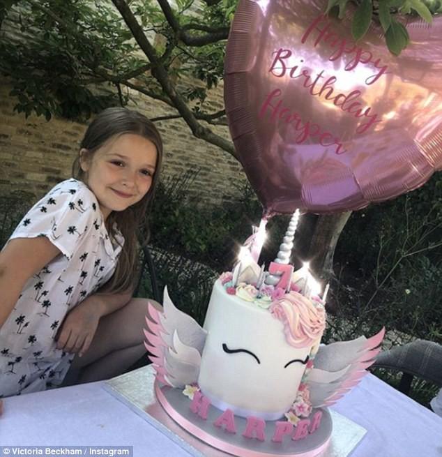 Sinh nhật 7 tuổi của Harper Beckham: Được cưỡi ngựa, thưởng thức trà và bánh kem hình kỳ lân đáng yêu - Ảnh 4.