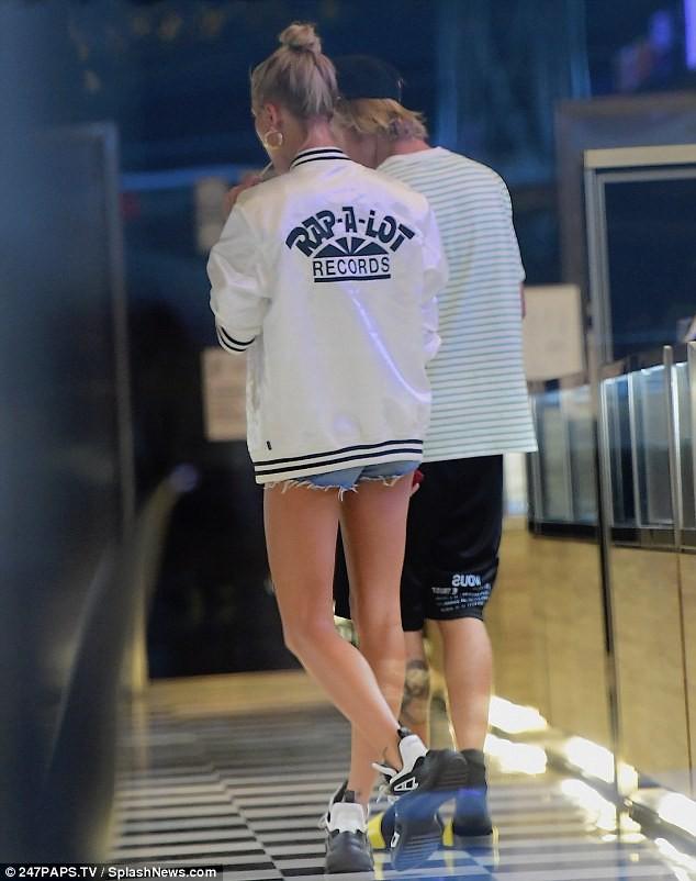 Được Justin Bieber trao nhẫn kim cương cầu hôn, Hailey cũng mua thêm một chiếc tặng lại chồng - Ảnh 3.