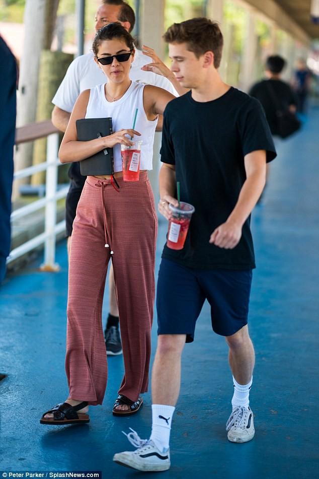 Tiết lộ danh tính chàng bạn trai tin đồn trông giống Brooklyn Beckham của Selena Gomez - Ảnh 3.