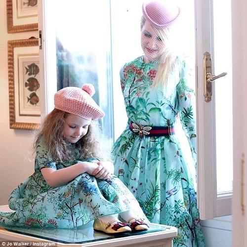 Quần áo của 2 mẹ con chủ yếu từ thương hiệu cao cấp.