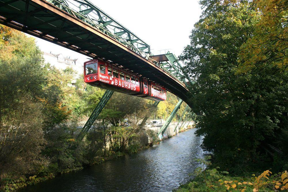 Những hệ thống giao thông công cộng kỳ lạ nhất thế giới: Tàu chạy bằng sức người, thang cuốn dài 800 mét - Ảnh 5.